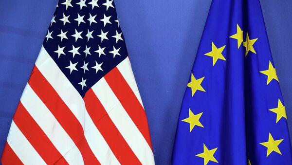 Les drapeaux américain et européen - Sputnik France