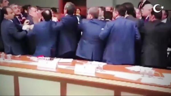 Le parlement turc transformé en ring de boxe [VIDEO] - Sputnik France