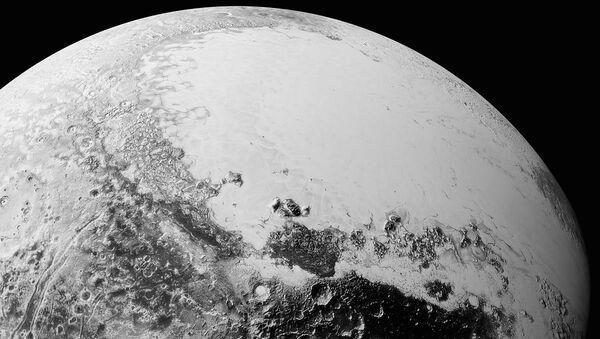 La plaine Spoutnik, le 14 juillet 2015, à environ 1 800 km d'altitude. - Sputnik France