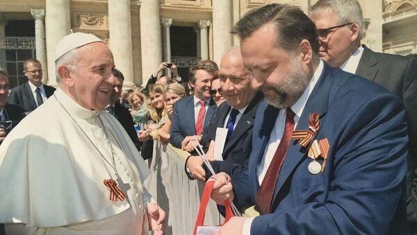 Le ruban orange et noir a été offert au Pape par le député russe Pavel Dorokhine - Sputnik France