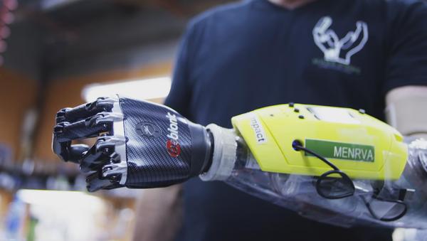 Des ingénieurs canadiens créent une main bionique avec perception tactile - Sputnik France