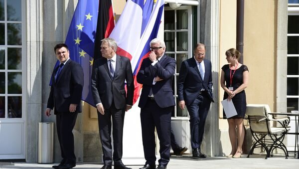 (L-R) Ukrainian Foreign Minister Pavlo Klimkin, French Foreign Minister Jean-Marc Ayrault, German Foreign Minister Frank-Walter Steinmeier and Russian Foreign Minister Sergey Lavrov arrive to pose for a family picture prior to talks at the Villa Borsig guest house of the German Foreign Ministry in Berlin on May 11, 2016. - Sputnik France