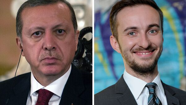 This combo made with file pictures shows Turkish President Recep Tayyip Erdogan (L) in Lima on February 2, 2016 and German TV comedian Jan Böhmermann on February 22, 2012 in Berlin - Sputnik France