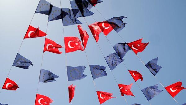 Drapeaux turcs et européens - Sputnik France