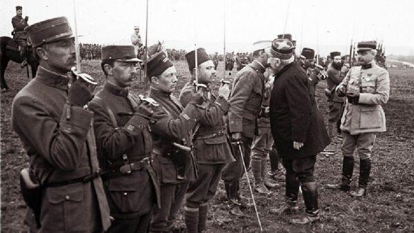 Le général Joseph Joffre remet des medailles aux soldats qui ont combattu durant la bataille de Verdun, mars 1916. - Sputnik France