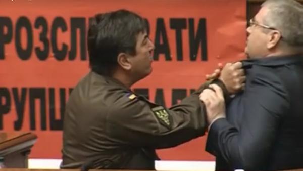 Nouvelle bagarre au parlement ukrainien après une intervention en russe - Sputnik France