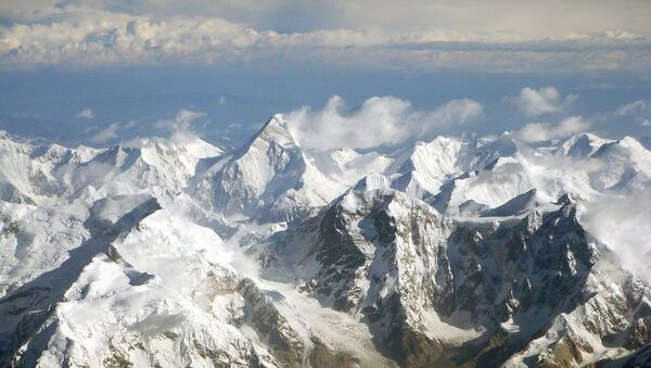 Tian Shan mountain range with Khan Tengri (6995 m) in the center. Taken on the flight from Urumqi to Bishkek, where Mt. Khan Tengri and Mt. Tomur (Russian: Mt Pobeda) can be seen clearly. - Sputnik France