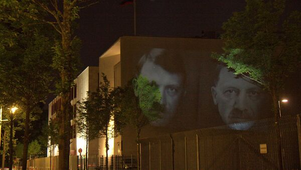 Un artiste militant proteste contre les régimes dictatoriaux - Sputnik France