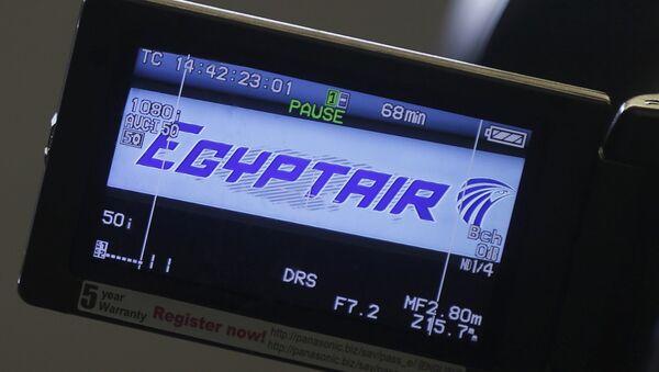 Le logo de la coompagnie est affiché sur un écran de la caméra vidéo à l'aéroport Charles de Gaulle, après que l'avion de l'Egyptair a disparu du radar au cours en plein vol de Paris au Caire, à Paris, France, 19 mai 2016 - Sputnik France