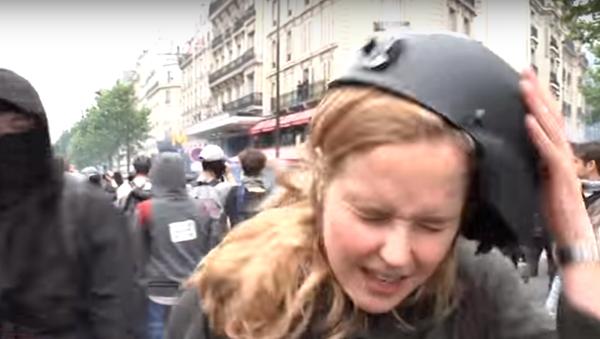 Une journaliste frappée en direct par une manifestant à Paris - Sputnik France