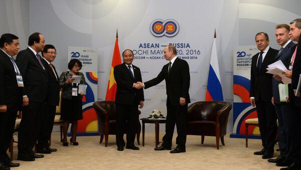 Двусторонняя встреча президента РФ В. Путина с премьер-министром Социалистической Республики Вьетнам Нгуен Суан Фуком - Sputnik France