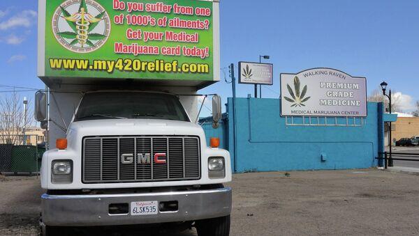 Un camion services avec un publicité de marijuana médicinale à Denver, dans une bande commerciale connue sous le nom The Green Mile et Reefer Row en raison de la plus d'une douzaine de dispensaires de cannabis médical dans le quartier. - Sputnik France