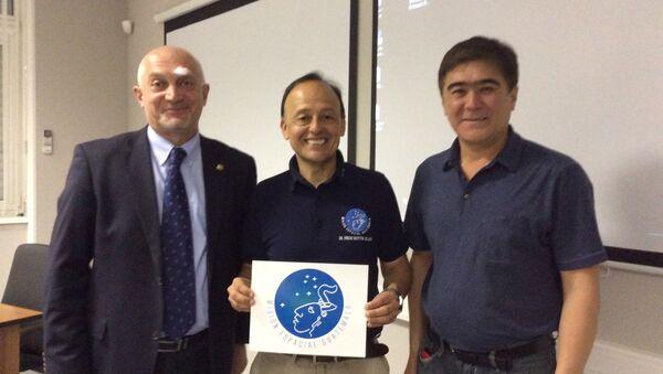 Montoya (au centre) avec des représentants de Roscosmos dans le Centre de Iouri Gagarine - Sputnik France