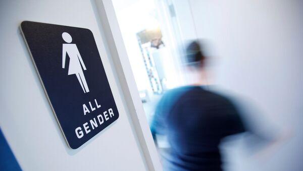 Transphobie : l'eau de toilette qui divise les Etats-Unis - Sputnik France