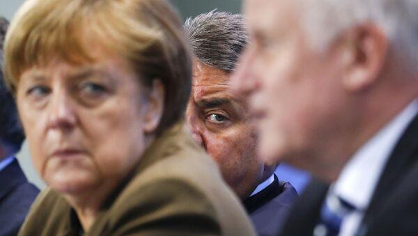Le ministre allemand de l'Economie Siegmar Gabriel (C) entre la chancelière Angela Merkel et le premier ministre bavaroise et le chef de l'Union chrétienne-sociale (CSU) Horst Seehofer lors d'une conférence de nouvelles à la Chancellerie à Berlin, Allemagne, 14 Avril 2016. - Sputnik France