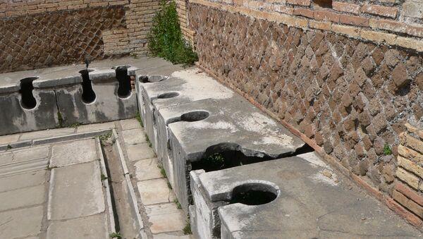 Toilettes publiques de la Rome antique, situées dans la ville portuaire d'Ostie - Sputnik France