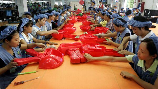 Les ouvrier assemblent des voitures de jouet à la ligne de production de l'usine Dongguan D alang Wealthwise à Dongguan, en Chine - Sputnik France