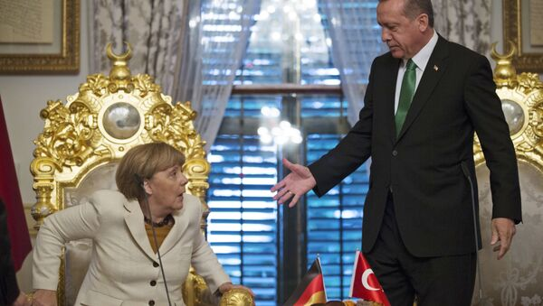 Le président turc Recep Tayyip Erdogan, à droite, offre sa main à la chancelière allemande Angela Merkel - Sputnik France
