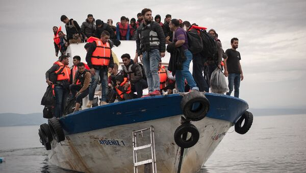 Migrants and refugees are seen aboard a Turkish fishing boat as they arrive on the Greek island of Lesbos after crossing a part of the Aegean Sea from theTurkish coast to Lesbos October 11, 2015 - Sputnik France