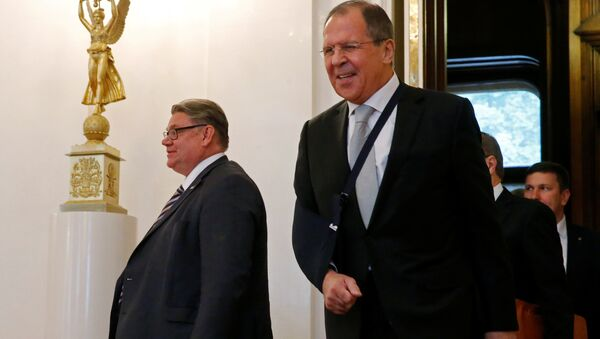 Le ministre russe des Affaires étrangères Sergueï Lavrov et son homologue finlandais Timo Soini entrent dans une salle lors d'une réunion à Moscou, Russie - Sputnik France