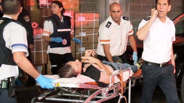 A wounded Israeli man is evacuated following a stabbing attack in Tel Aviv - Sputnik France