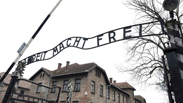 File photo of the sign Arbeit macht frei (Work makes you free) at the main gate of the former German Nazi concentration and extermination camp Auschwitz in Oswiecim January 19, 2015 - Sputnik France