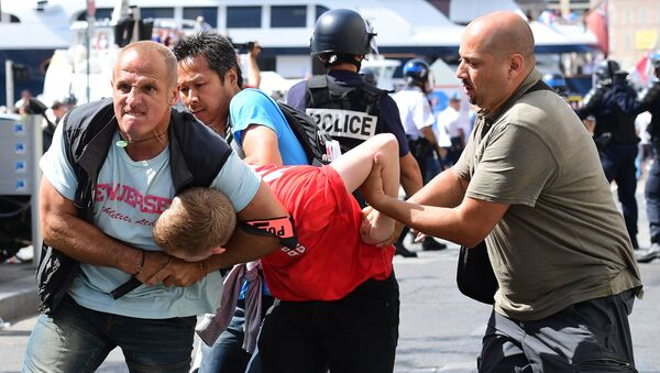 An England fan (C) is detained by police personnel following clashes between England fans and police in the city of Marseille, southern France, on June 11, 2016, ahead of the Euro 2016 football match between England and Russia - Sputnik France