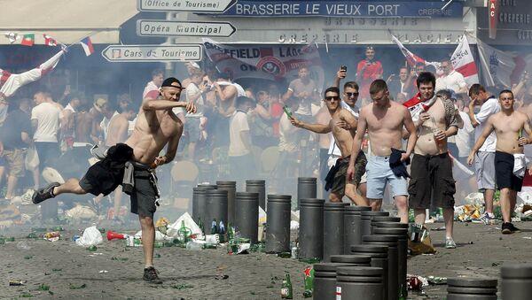 Des supporters anglais jettant des projectiles dans le Vieux-Port de Marseille après le match Angleterre-Russie - Sputnik France