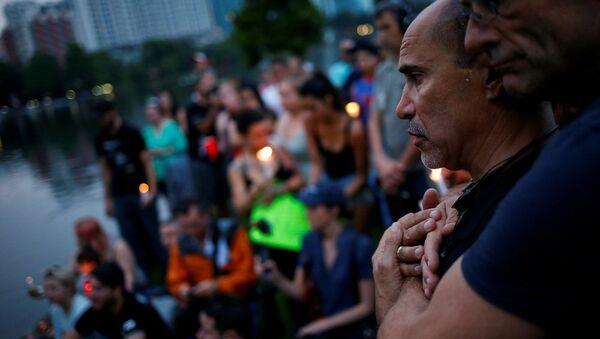 Männer umarmen sich nach der Schießerei in Orlando - Sputnik France