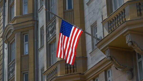 Le drapeau en berne sur l'ambassade des Etats-Unis à Moscou - Sputnik France