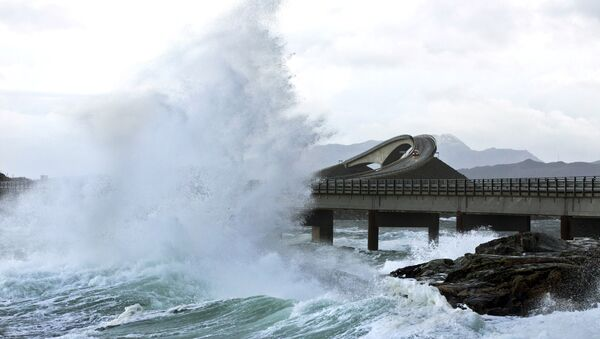 A picture taken on November 26, 2011 shows a giant wave over the Atlantic Road in Averøy, Norway as the storm Berit struck the Norwegian coast. - Sputnik France