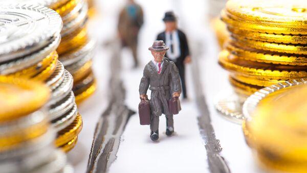 Фигурки бизнесменов среди стопок монет - Sputnik France