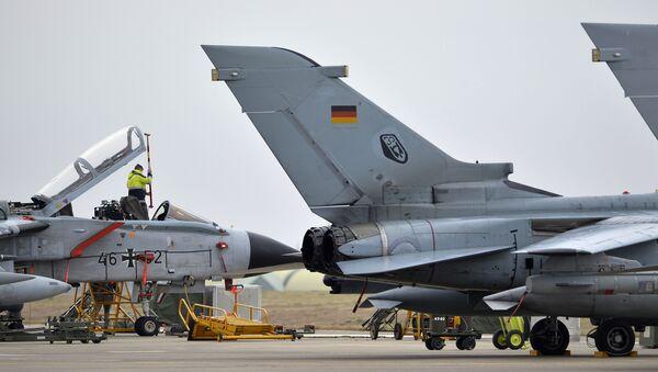 Un technicien travaille sur un jet allemand Tornado à la base aérienne de Incirlik, en Turquie - Sputnik France