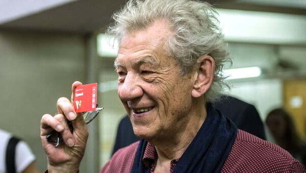 L'acteur britannique Sir Ian McKellen avec un billet à une station de métro de Moscou. - Sputnik France