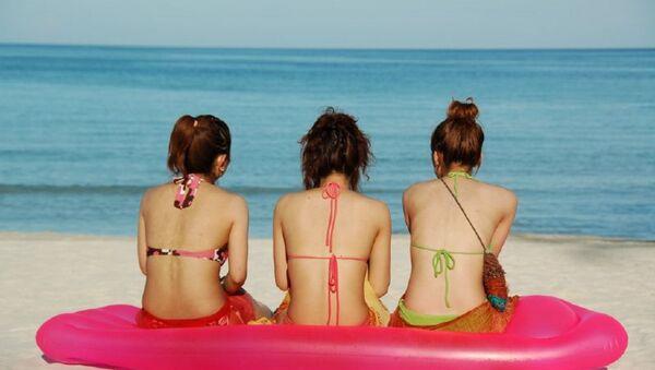 Des jeunes filles sur la plage - Sputnik France