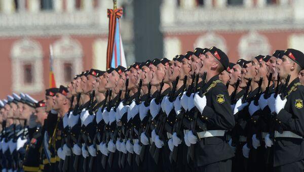 Военнослужащие приветствуют министра обороны РФ Сергея Шойгу во время парада - Sputnik France