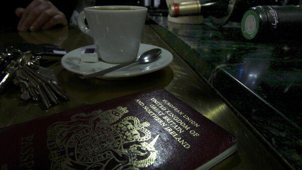 Un passeport britannique européen sur une table de café à Paris - Sputnik France
