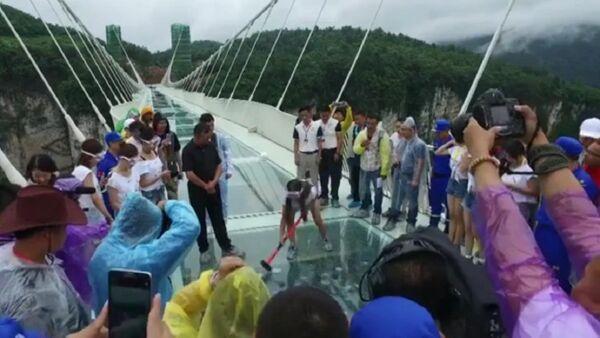 Chine, on essaye de briser le plus long pont de verre suspendu - Sputnik France