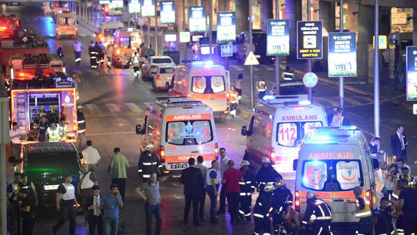 Paramedics help casualties outside Turkey's largest airport, Istanbul Ataturk, Turkey, following a blast, June 28, 2016. - Sputnik France