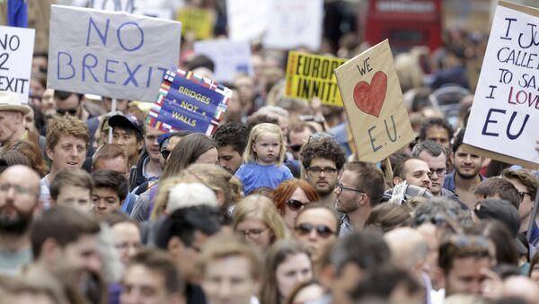 Les gens tiennent des banderoles lors d'une manifestation Marche pour l'Europe contre la décision de la Grande-Bretagne de quitter l'Union européenne, dans le centre de Londres, Royaume-Uni le 2 juillet, 2016 - Sputnik France