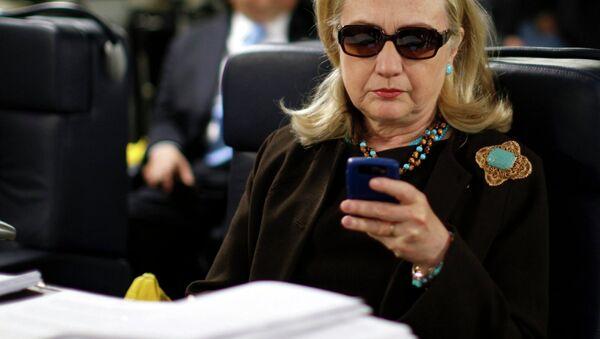 Clinton est de retour, mais pourquoi ces lunettes noires? - Sputnik France