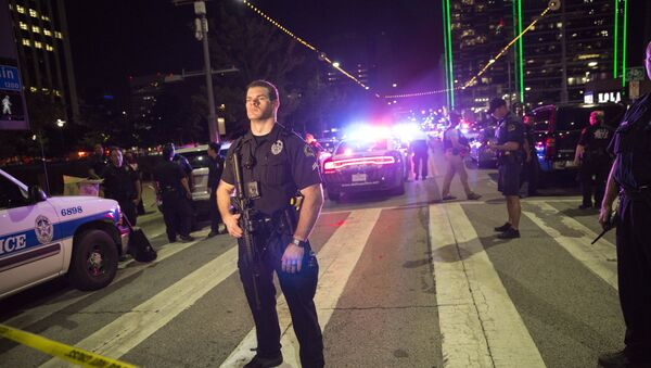 Police officers stand guard at a baracade following the sniper shooting in Dallas on July 7, 2016. - Sputnik France
