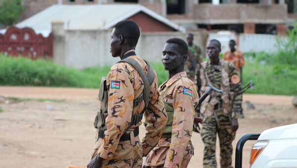 South Sudanese policemen and soldiers stand guard along a street following renewed fighting in South Sudan's capital Juba, July 10, 2016. - Sputnik France
