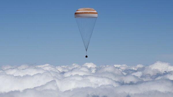 La capsule de Soyouz TMA-19M transportant l'équipage de la Station spatiale internationale (ISS) atterrit près de la ville de Zhezkazgan, le Kazakhstan, le 18 Juin, 2016 - Sputnik France