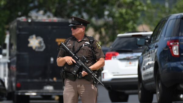 Sheriff's Deputy Guy Puffer stands watch outside the Berrien County Courthouse after a shooting incident in St. Joseph, Mich., Monday, July 11, 2016. - Sputnik France
