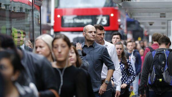 People queue up for bus transport at Victoria Station in London, Thursday, Aug. 6, 2015. - Sputnik France