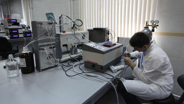 Un employé travaillant dans le laboratoire du centre anti-dopage accrédité par l'Agence mondiale antidopage (AMA), à Moscou - Sputnik France