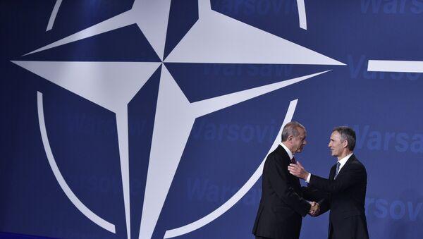 Nato-Generalsekretär Jens Stoltenberg begrüßt den türkischen Präsident Recep Tayyip Erdogan bei dem Nato-Gipfel in Warschau - Sputnik France