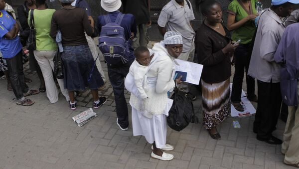 Zimbabweans queue outside immigration offices in downtown Johannesburg, Monday, Dec. 20, 2010, trying to become legal before what they fear will be a wave of deportations come the new year. - Sputnik France