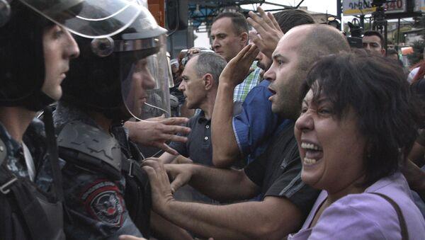 Des affrontements violents entre la police et les manifestants se déroulent à Erevan - Sputnik France